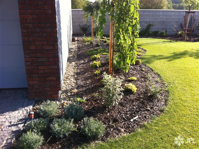 Zahrady - jplcz.com - Sekání a hnojení anglického trávníku