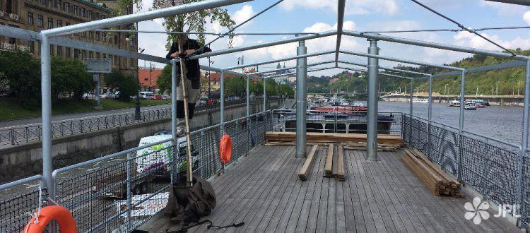 Loď Pivovar - instalace sakury na palubu